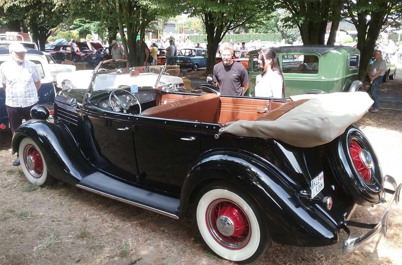 Ein Ford V8 Phaeton de Luxe