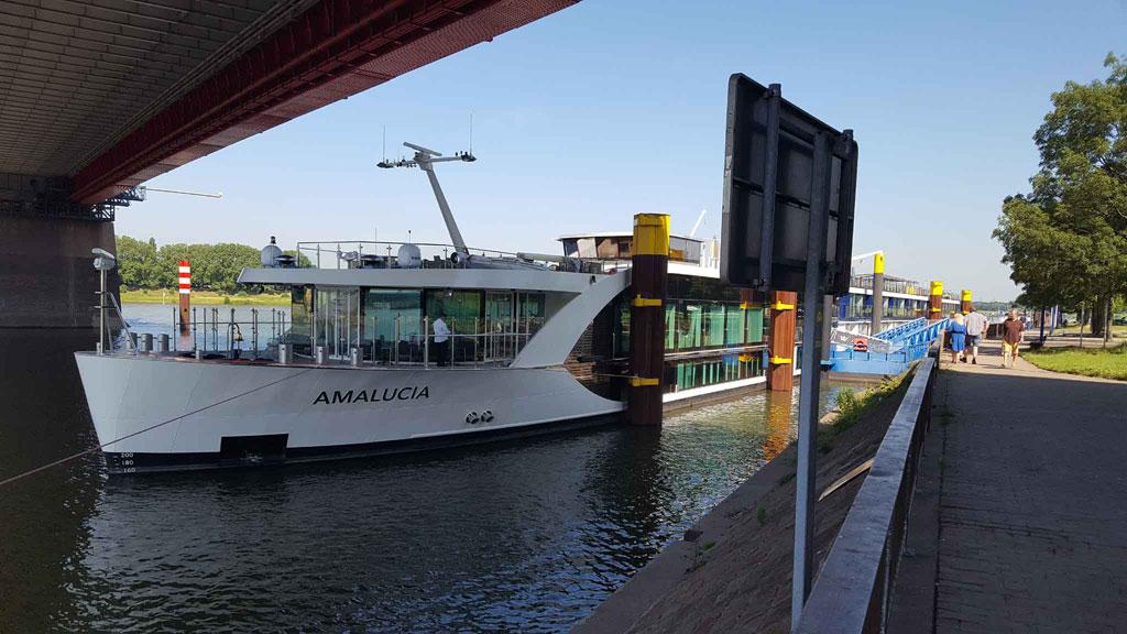 Kreuzfahrt-Schiff Duisburg Hafen