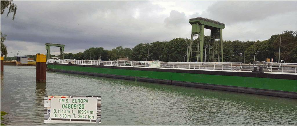 Tankschiff Schleuse